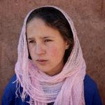 Una delle due sorelle protagoniste del documentario House in the Fields di Tala Hadid (Tigmi Nigren, Marocco 2017)