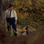 Una significativa immagine tratta da La congiura degli innocenti di Alfred Hitchcok (The Trouble with Harry, 1955)