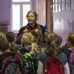 Agnieszka Mandat-Grabka circondata dagli alunni in Pokot di Agnieszka Holland (Polonia, Germania, Repubblica Ceca, Svezia 2017)