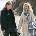 Stellan Skarsgård e Nina Hoss in spiaggia durante Return to Montauk di Völker Schlöndorff (Germania, 2017)