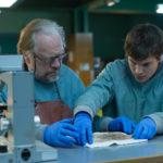 Brian Cox ed Emile Hirsch in un momento di Autopsy di André Øvredal (The Autopsy of Jane Doe, USA, UK 2016)