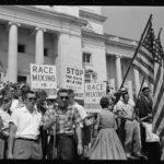 Ancora proteste bianche in immagini d'epoca tratte da I Am Not Your Negro di Raoul Peck (USA, Francia 2016)