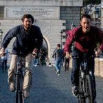 Corsa in bici tra Fabio De Luigi ed Elio Germano durante Questione di karma di Edoardo Falcone (Italia, 2017)