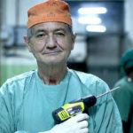 """Il chirurgo Erik Erichsen con uno """"strumento di lavoro"""" nel documentario Chirurgo ribelle di Erik Gandini (Rebellkirurgen, Svezia 2016)"""
