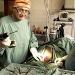 Ancora Erik Erichsen in azione durante Chirurgo ribelle di Erik Gandini (Rebellkirurgen, Svezia 2016)