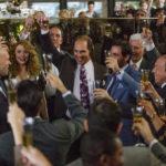 Bryce Dallas Howard e un trionfante Matthew McCoanughey in un momento di Gold - La grande truffa di Stephen Gaghan (USA, 2016)