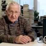 Il filosofo statunitense Noam Chomsky in PIIGS - Ovvero come imparai a preoccuparmi e a combattere l'austerity di Adriano Cutraro, Federico Greco, Mirko Melchiorre (Italia, 2017)