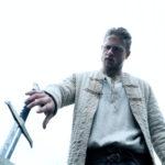 Charlie Hunnam e la leggendaria spada in King Arthur di Guy Ritchie (King Arthur: Legend of the Sword, USA 2017)