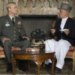 Il generale Brad Pitt a colloquio con Ben Kingsley in War Machine di David Michôd (USA, 2017)