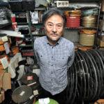 """Il regista Kiyoshi Kurosawa nel proprio """"habitat"""" naturale."""