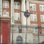 Tom Holland alias Peter Parker dà prova d'agilità in Spider Man: Homecoming di Jon Watts (USA, 2017)
