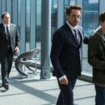 Robert Downwy Jr. istruisce Tom Holland con Jon Favreau sullo sfondo in Spider Man: Homecoming di Jon Watts (USA, 2017)