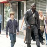 Il giovanissimo Tom Taylor con Idris Elba in un momento de La Torre Nera di Nikolaj Arcel (The Dark Tower, USA 2017)