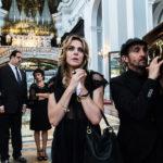 Claudia Gerini addolorata durante Ammore e malavita di Antonio Manetti e Marco Manetti (Italia, 2017)