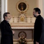 Un dialogo tra sacerdoti nel corso de L'equilibrio di Vincenzo Marra (Italia, 2017)
