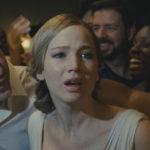 Jennifer Lawrence minacciata durante Madre! di Darren Aronofsky (mother!, USA 2017)