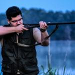 Salvatore Esposito imbraccia il fucile in Veleno di Diego Olivares (Italia, 2017)
