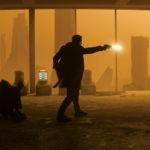Ryan Gosling fa fuoco durante Blade Runner 2049 di Denis Villeneuve (USA, Canada, UK 2017)