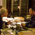 Toni Servillo e Jean Reno discutono durante La ragazza nella nebbia di Donato Carrisi (Italia, 2017)
