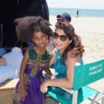 """La regista Maryam Rahimi con una piccola """"attrice""""."""