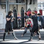 A sinistra, Dylan O'Brien in allenamento nel corso di American Assassin di Michael Cuesta (USA, Hong Kong 2017)