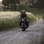 Ancora Trabacchi e la Mascino in motocicletta durante Amori che non sanno stare al mondo di Francesca Comencini (Italia, 2017)