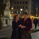 Imelda Staunton e Celia Imrie passeggiano durante Ricomincio da noi di Richard Loncraine (Finding Your Feet, UK 2017)