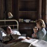 Andrew Garfield in ospedale, assistito da Claire Foy e il piccolo in Ogni tuo respiro di Andy Serkis (Breathe, UK 2017)