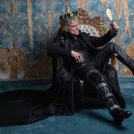 Massimo Ranieri sul trono in Riccardo va all'inferno di Roberta Torre (Italia, 2017)