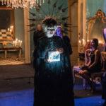 Sonia Bergamasco in maschera nel corso di Riccardo va all'inferno di Roberta Torre (Italia, 2017)