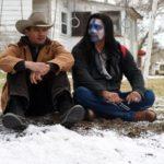Jeremy Renner con un nativo americano durante Wind River di Taylor Sheridan (USA, Canada, UK 2017)