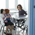Fiona Dourif sulla sedia a rotelle e Chucky in braccio ad una paziente della clinica ne Il culto di Chucky di Don Mancini (USA, 2017)