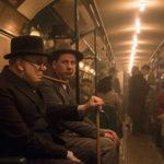 Un momento di relax in metro durante L'ora più buia di Joe Wright (UK, 2017)