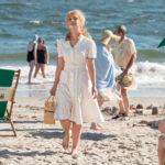 La candida Juno Temple sulla spiaggia ne La ruota delle meraviglie di Woody Allen (Wonder Wheel, USA 2017)