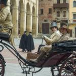 Sam Claflin e Pierfrancesco Favino in carrozza in un momento di My Cousin Rachel di Roger Michell (UK, USA 2017)