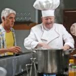Biagio Izzo e Massimo Boldi in un momento di Natale da chef di Neri Parenti (Italia, 2017)