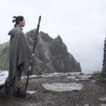 Daisy Ridley e Mark Hamill in un suggestivo momento di Star Wars: Gli ultimi Jedi di Rian Johnson (Star Wars: The Last Jedi, USA 2017)
