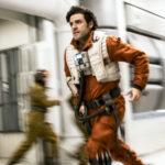 Oscar Isaac va di corsa durante Star Wars: Gli ultimi Jedi di Rian Johnson (Star Wars: The Last Jedi, USA 2017)