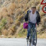 Fabio Rovazzi fatica in bici in un momento de Il vegetale di Gennaro Nunziante (Italia, 2018)