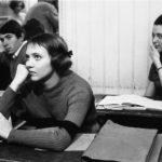 Una pensierosa Anna Karina sui banchi di scuola in Bande à part di Jean-Luc Godard (Francia, 1964)
