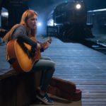 Bella Thorne alla chitarra ne Il sole a mezzanotte di Scott Speer (Midnight Sun, USA 2018)