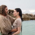 Joaquin Phoenix battezza Rooney Mara durante Maria Maddalena di Garth Davis (UK, Australia 2018)