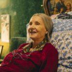 Barbara Bouchet nei panni dell'anziana in Metti la nonna in freezer di Giancarlo Fontana e Giuseppe G. Stasi (Italia, 2018)