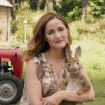 Rose Byrne con in braccio un amabile coniglietto in Peter Rabbit di Will Gluck (UK, USA, Australia 2018)