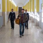 Vinicio Marchioni in uscita dal carcere nel corso di Quanto basta di Francesco Falaschi (Italia, 2018)