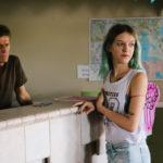 Willem Dafoe e Bria Vinaite in un momento di Un sogno chiamato Florida di Sean Baker (The Florida Project, USA 2017)