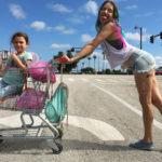 Brooklynn Prince e Bria Vinaite in un'immagine promozionale di Un sogno chiamato Florida di Sean Baker (The Florida Project, USA 2017)