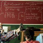 Momenti di relax in classe durante Arrivano i prof di Ivan Silvestrini (Italia, 2018)