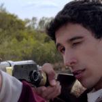 Matías Encinas prende il fucile durante La educación del Rey di Santiago Esteves (Argentina, 2017)