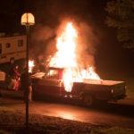 Automobili in fiamme nel corso di The Strangers 2: Prey at Night di Johannes Roberts (USA, 2018)
